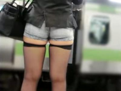 【街撮り盗撮画像】思わず視線を送ってしまうホットパンツ履いた素人ギャルの露出っぷりを隠し撮り…