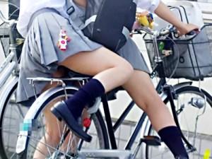 【チャリチラ盗撮画像】自転車通学のミニスカ制服女子校生が高確率で純白パンツをパンチラしてるww
