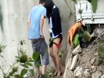 【青姦盗撮動画】野外で現金受け取りパンツずらして立ちバックでハメる黒髪OLを隠し撮りww