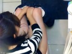 【トイレ盗撮動画】ファミレスの女子トイレに仕掛けた天井アングルの隠しカメラで女子大生がオシッコww