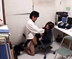 【無修正盗撮動画】万引き常習犯の女子校生が商品を取った瞬間の写真で脅されガチレイプww