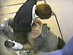 【女子校生SEX盗撮動画】学校の階段でセックスをする制服JKを隠し撮り…暴発中出しする彼氏パネェww