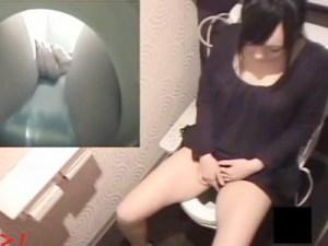 【素人トイレオナニー盗撮動画】洋式トイレで指オナニーをする女子大生がクリオナで大量潮吹きww
