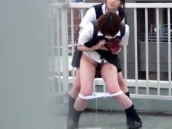 【JKおしっこ盗撮動画】学校の屋上で悪ふざけww制服女子校生が誰も居ないと思って屋上で立ちションww