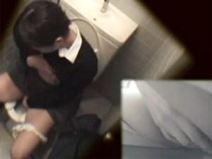 【トイレオナニー隠撮動画】学級委員長をやってそうな優等生キャラの女子校生が女子便所で自慰行為ww