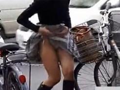 【風チラ隠撮動画】春風でも捲れあがるミニスカ素人を背後からストーキング…自然と捲れ上がる瞬間を激写ww