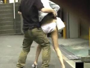 【イタズラ隠盗動画】街歩くミニスカ素人ギャルのスカートを剥ぎ取る愉快犯の隠し撮り映像…