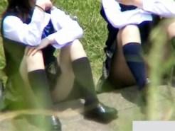 【パンチラ隠盗動画】河川敷で恋バナする思春期真っ只中の女子校生の座りパンチラを隠し撮りww