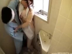 【トイレSEX隠盗動画】病院内で起きた悲劇…オナ禁1ヶ月目の入院患者が可愛いナースを便所でセックスww