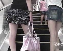 【逆さ撮り隠盗動画】駅構内でショッピングを楽しむデニムスカート女子とミニスカ女子のパンチラ隠し撮りww