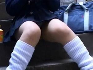【パンチラ隠撮動画】待ち合わせで階段に座る制服女子校生の強烈ハミ毛が丸見えを隠し撮りww
