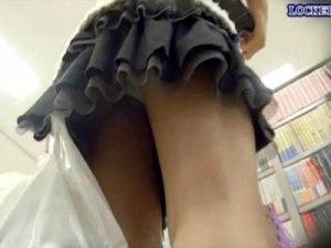 【逆さ撮り隠撮動画】可愛いミニスカートを履いた童顔女子を本屋でパンチラ隠し撮りww