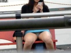 【座りパンチラ隠撮動画】バス停に座りながらミニタイトスカートから白パンツが丸見えの素人女子を隠し撮りww