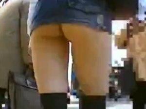 【街撮り隠撮動画】デニムのマイクロミニスカートが捲れ上がりTバックが丸見えを隠し撮りww