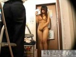 【万引き隠撮動画】盗んだモノを手に持たせ巨乳ギャルを全裸にして脅す店長が隠しカメラ撮り…
