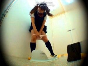 【お漏らし隠撮動画】パンツ内でウンコを漏らした女子校生の悲劇とも言える一部始終を隠しカメラ撮りww