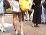 【逆さ撮り隠撮動画】モデルのような細い足のミニスカギャルをスクランブル交差点で人混みに紛れて隠し撮りww