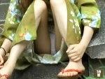 【素人パンチラ隠撮動画】花火大会前に浴衣で友達待つ素人ギャルのシミ付きパンツを隠し撮りww