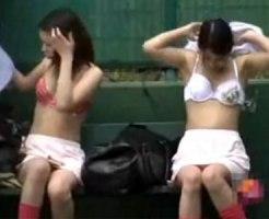 【野外着替え隠撮動画】誰も居ない休日のグラウンドで下着丸見えの女子大生が着替える様子を隠し撮りww