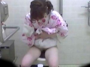 【おしっこ隠撮動画】夏祭り会場の仮設トイレに次々と入ってくる浴衣姿の素人ギャルの放尿を隠しカメラ撮りww