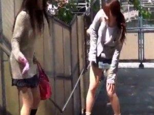 【お漏らし隠撮動画】尿意を伝えれずに友達の前でオシッコを漏らしてしまう女性を隠し撮りww