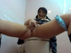 【トイレオナニー隠撮動画】性欲我慢出来ないのは男女共通…学校の女子トイレで自慰行為する女子校生ww