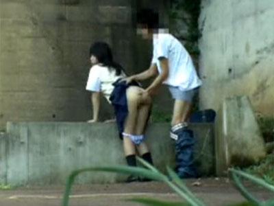 (10代小娘)超ロリ顔な10代小娘に彼が土手で小さい乳胸モミ出し外で即Hを隠し撮りwwww