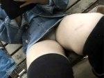 【パンチラ隠撮動画】デニムスカートから座りパンチラ丸見え…むっちり太ももアングルでクロッチ接写撮りww