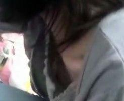 【胸チラ隠撮動画】フリマで商品売るのに必死で胸元ガバ開きを一切気付いてない素人のオッパイ隠し撮りww