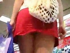 【パンチラ隠撮動画】横浜駅で見てくれと言わんばかりのミニスカート履いた美脚素人を背後から隠し撮りww