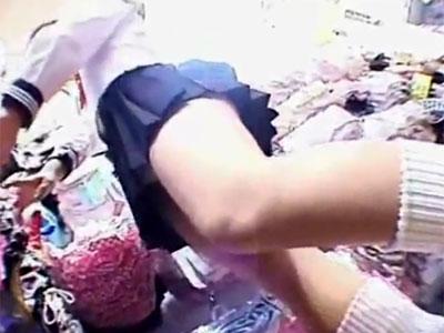 【逆さ撮り隠撮動画】膝上30cm以上の超ミニスカにした制服を着ている女子校生の自然なパンチラww