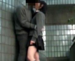 【学校隠撮動画】校舎のベランダに出てイチャつきセックス始めそうな10代カップルを隠しカメラ撮り…