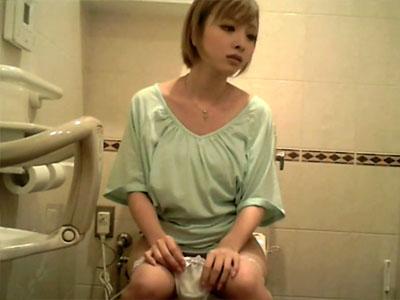 【トイレ隠撮動画】可愛い素人女子が次々入ってくる入れ食い状態の女子トイレで洋式おしっこを隠しカメラ撮りww