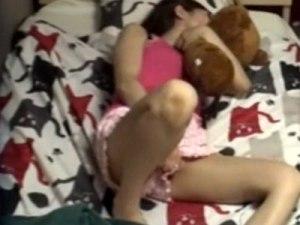 【オナニー隠撮動画】ぬいぐるみとキスしながらおまんこをいじる他人にバレたくない姿を晒す姉を隠しカメラ撮りww