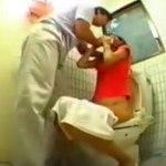 【レイプ盗撮動画】女子トイレでオシッコ中に乱入して刃物で素人ギャルを脅す男とのセックスを隠しカメラ撮り…