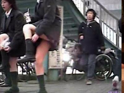 【パンチラ隠撮動画】街中に溢れかえっている女子校生の一瞬だけパンツが見える瞬間を隠し撮りww