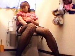 【トイレオナニー隠撮動画】網タイツニーソックスを履いた姉が自宅トイレで自慰行為する様子を隠しカメラ撮りww