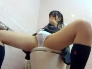 【トイレオナニー隠撮動画】他の人に喘ぎ声が聞こえないように手で必死に口を押さえながら自慰する女子校生ww