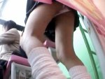 【パンチラ隠撮動画】意外と一番パンチラ事故が多いプリクラ機内で女子校生のパンツが丸見えww
