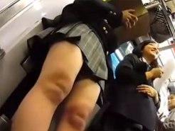 【逆さ撮り隠撮動画】女子校生の若くて綺麗な肌の太ももアングルでパンチラを電車内で逆さ撮りww