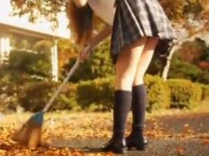 【パンチラ隠撮動画】放課後に学校で落ち葉を掃除する女子校生…ミニスカ制服のパンチラ隠し撮りww