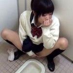 【無修正盗撮動画】学校の和式トイレでオシッコする女子校生が放尿後の濡れマンを豪快に指オナww