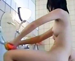 【銭湯隠撮動画】膨らみかけの胸にしか目が行かない幼い女の子が洗い場で身体を洗う様子を隠しカメラ撮りww