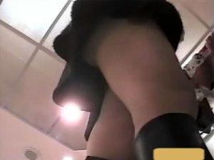 【素人逆さ撮り盗撮動画】ミニスカにブーツを履いた綺麗なアパレル店員を次々とパンチラ隠し撮りww