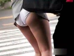 【パンチラ盗撮動画】信号待ちしてたミニスカ素人にカバン引っ掛けてスカート捲りする様子を隠し撮りww