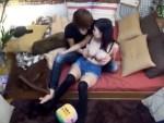 【セックス盗撮動画】小柄なのに大きいオッパイのロリ娘を自宅に連れ込み酒を飲ませてヤル様子を隠しカメラ撮りww