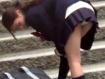 【JKパンチラ盗撮動画】街中で見かけた制服姿の女子校生パンチラを接写で隠し撮りww