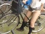【野外オナニー盗撮動画】自転車のサドルを使って学校の駐輪場で自慰行為する女子校生がまさかの潮吹き事故ww