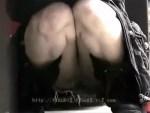 【パンチラ盗撮動画】くっきりまんすじで座りパンチラしてる素人ギャルのクロッチを接写撮りww