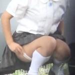 【野外オナニー盗撮動画】駐車場の車の陰に隠れて自慰行為する制服姿の女子校生を隠しカメラ撮りww